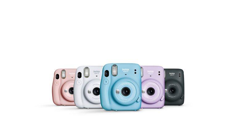 instax mini 11馬上看相機共推出緋櫻粉、冰晶白、晴空藍、丁香紫和暗夜...