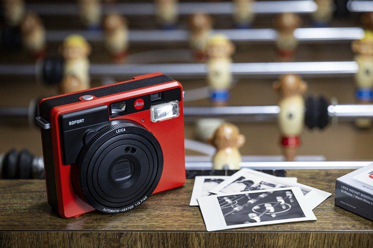 徠卡SOFORT多功能拍立得相機全新紅色款,建議售價10,900元。圖/徠卡相機...