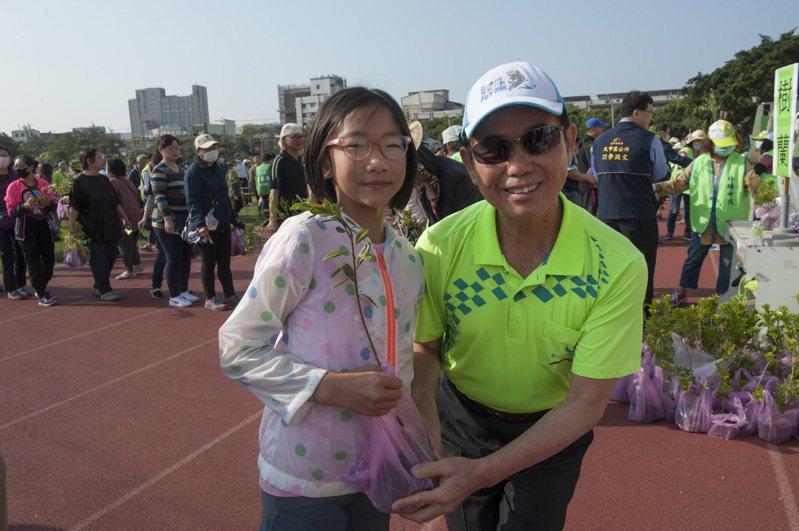 北台中贈樹苗活動,吸引1500多人參加,台中市議員吳敏濟(右)代表送樹苗。圖/台中市議員吳敏濟提供