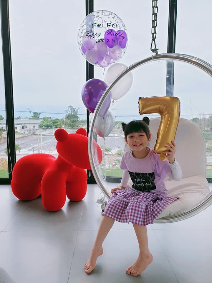 鄭菲菲才剛度過7歲生日。圖/摘自臉書