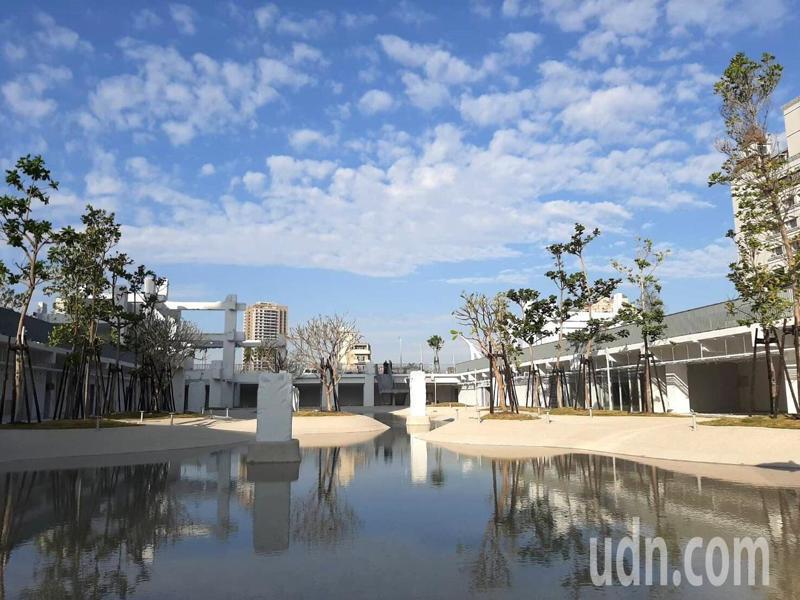 台南市中心中國城拆除後,荷蘭設計團隊利用部分原結構打造河樂廣場親水公園,本周六將揭幕。圖/市府提供