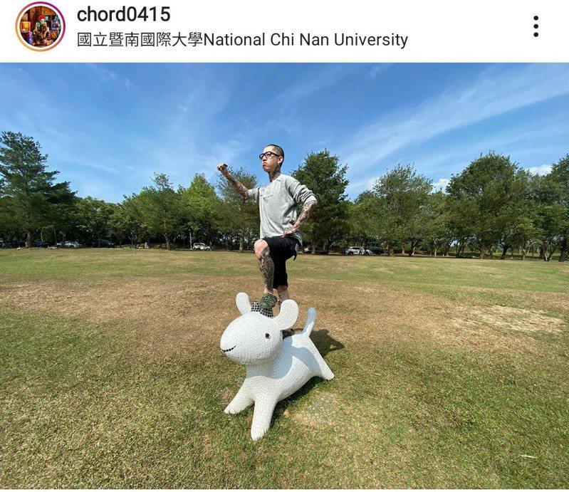 歌手謝和弦228連假返鄉,前往國立暨南國際大學拍照,卻因踩踏大草原上馬賽克小羊拍照,還打卡放上IG惹議。圖/擷自謝和弦IG