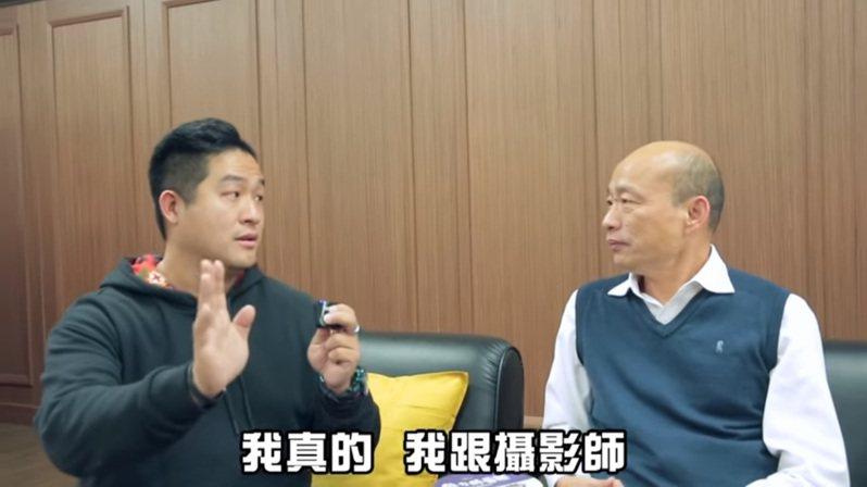 YouTube頻道節目「謝謝琳來了」製作人仕鵬主持的「J SHOW」,跟著高雄市長韓國瑜(右)一整天的行程喊累。圖/取自YouTube