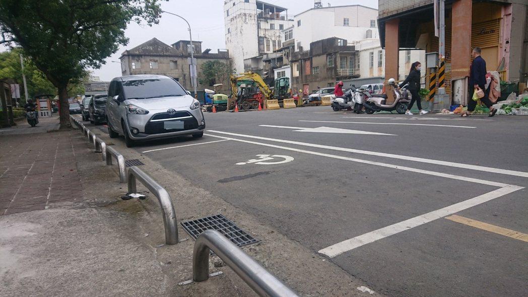 苗栗市黃昏市場旁中山路邊的身障專用停車位,常遭沒放置停車證的車子占用。記者范榮達...