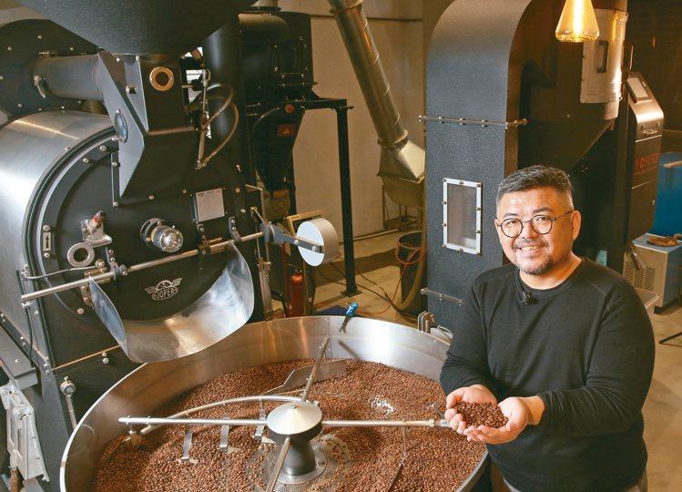 陳志煌親自烘焙Fika Fika Cafe每一顆豆子。 記者林澔一/攝影