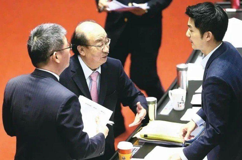 民進黨團總召柯建銘(中)表示,十八歲公民權不是民眾黨獨創。圖/聯合報系資料照片