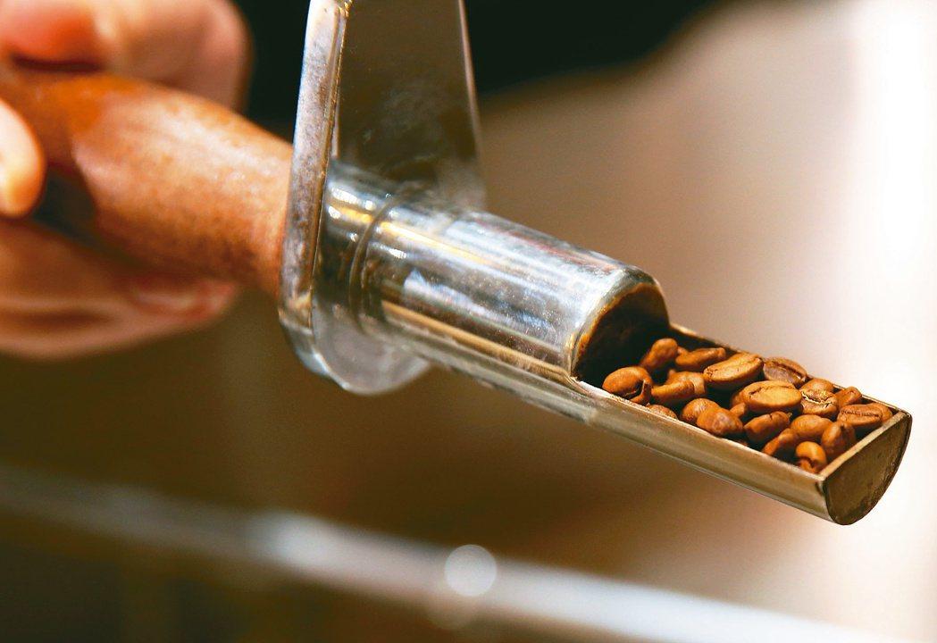 陳志煌研發的「陽光烘焙法」讓咖啡豆喝起來充滿餘韻。記者林澔一/攝影