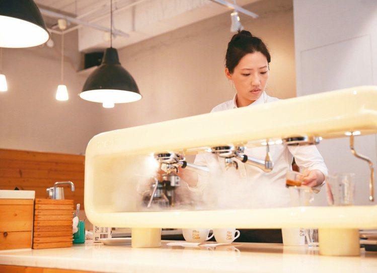 Fika Fika Cafe咖啡師為客人準備咖啡。記者林澔一/攝影