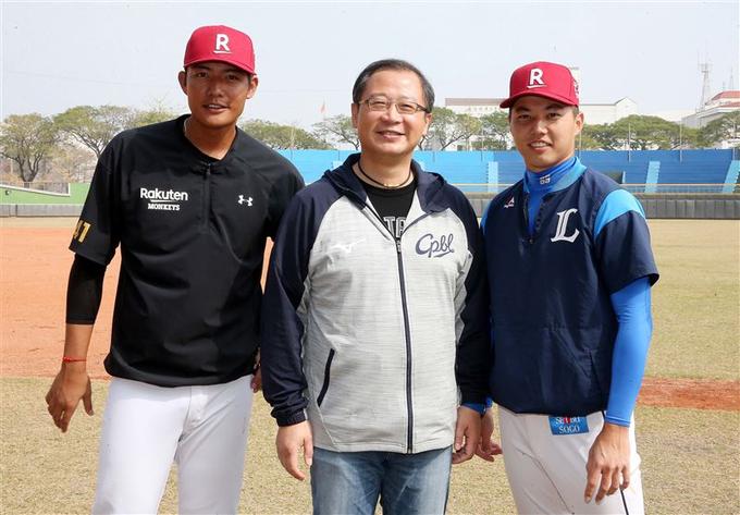 無約在身的郭俊麟(右)與王維中(左),有機會成為今年中職最大咖的選秀球員。 資料照(中職提供)