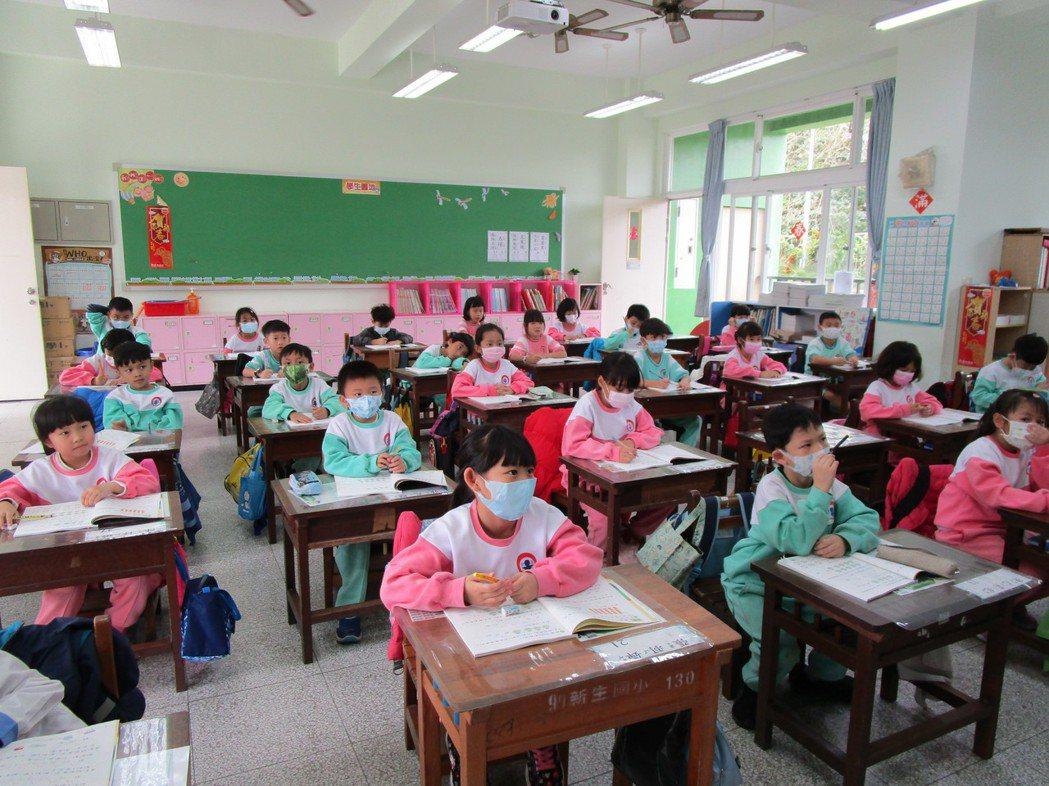 為了防疫,台東各小學從開學後,學生在教室內上課都得戴口罩。記者羅紹平/攝影