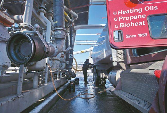 新冠肺炎疫情重挫國際油價,但早在此之前,暖冬導致全球氣溫迭創新高,已經讓能源產業...