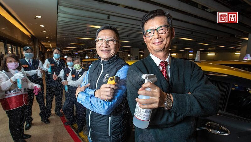 台灣大車隊董事長林村田(前排右)和總經理楊榮輝(前排左)到統一時代百貨慰問排班的司機,並鼓勵運匠們說:「事情一定會過去,大家加油!」(攝影者.郭涵羚)