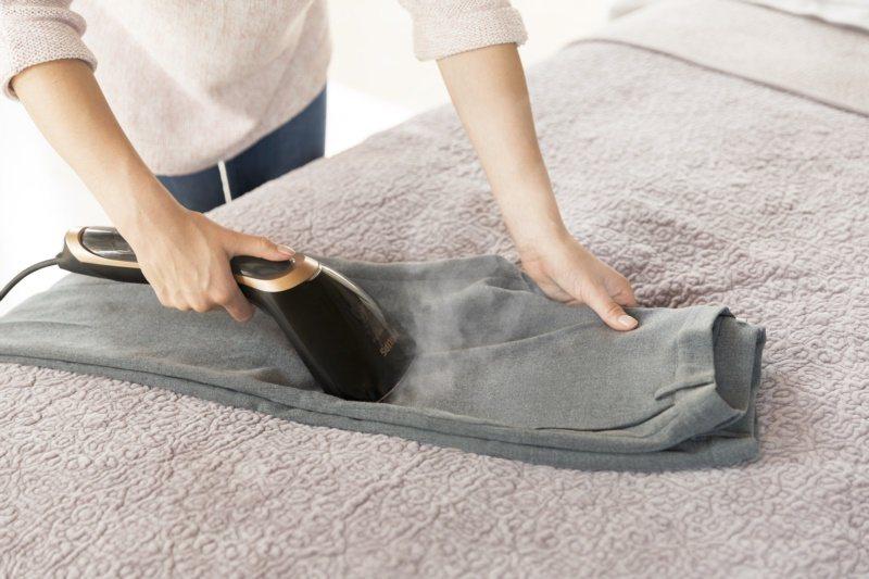 手持式掛燙機運用高溫蒸氣,60秒消滅99.9%衣物附著細菌。 圖/飛利浦提供