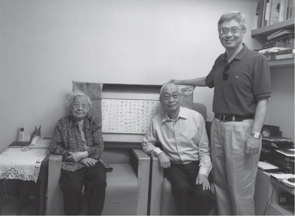 黃進興(中)與王德威(右)拜訪齊邦媛教授。 (允晨文化提供)