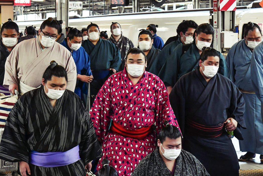 日本政府籲請大眾考慮衡量,近期內是否要舉辦各類集中人數的活動(例如體育賽事、演唱...