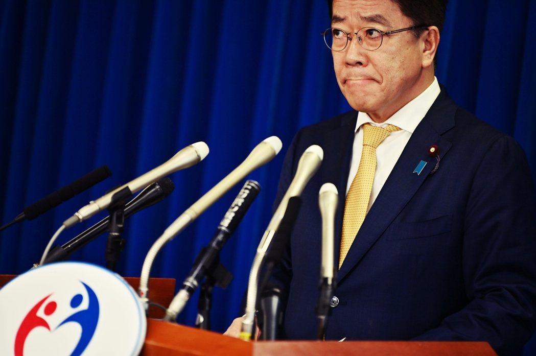 厚勞省大臣加藤勝信,幾乎天天出來開記者會,卻也都只是照本宣科。媒體和輿論也質疑厚...