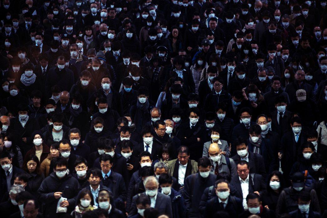 自一月底疫情爆發以來,日本政府卻毫無作為,不夠果決,導致日本社會無所適從。圖為2...