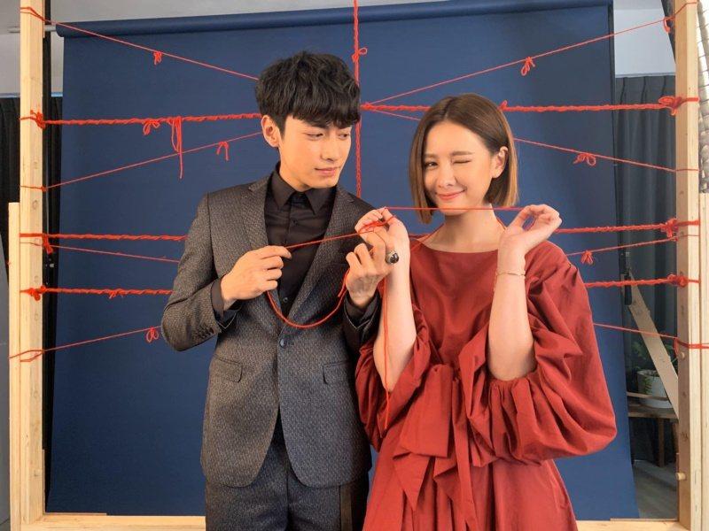 安心亞(右)與宋柏緯合作「墜愛」。 圖/摘自臉書