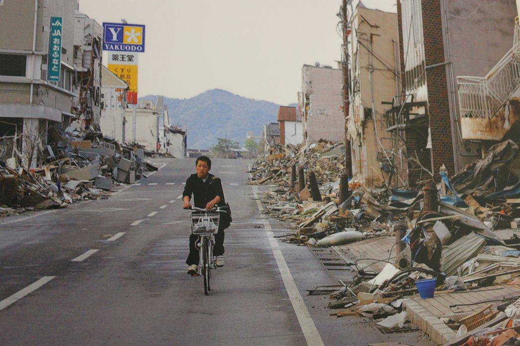 這張照片是日本311地震發生後,街頭一片冷清,舉目四望盡是斷垣殘壁。 圖/吳文良...