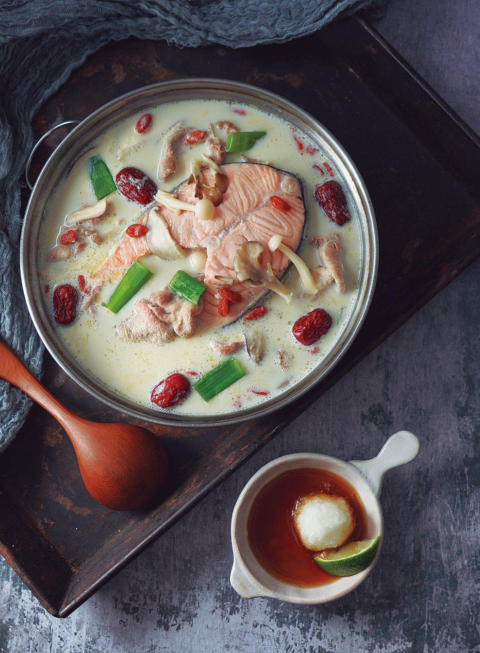醫師娘的好D食譜-鮭魚養氣豆漿鍋。 圖/采實文化 提供