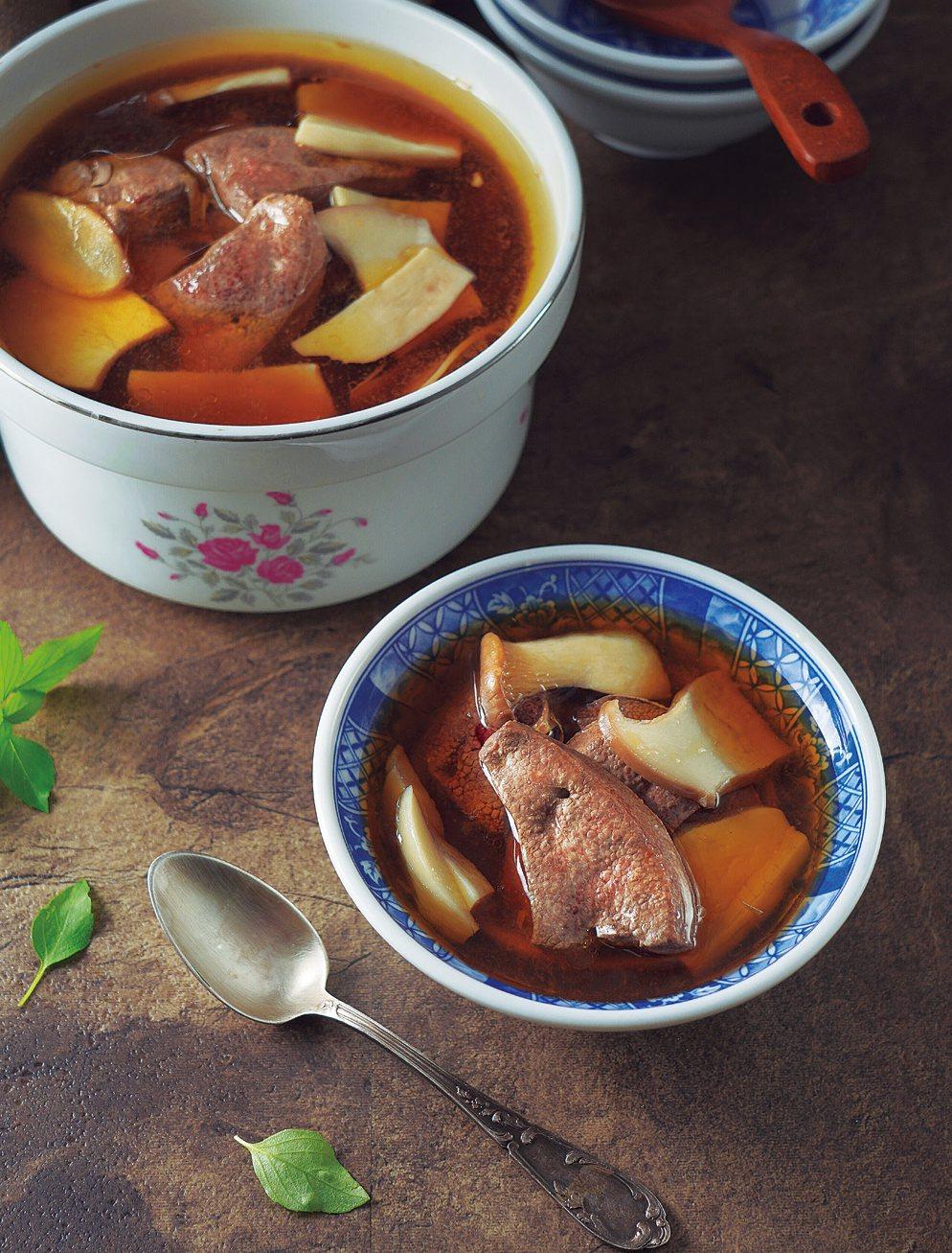 醫師娘的好D食譜-麻油豬肝杏鮑菇湯。 圖/采實文化 提供