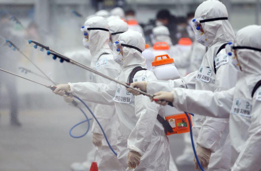 韓國媒體《朝鮮日報》指責中共對疫情擴散毫無歉意,竟然「倒打一耙」。圖為南韓防疫人員進行消毒作業。 圖/法新社