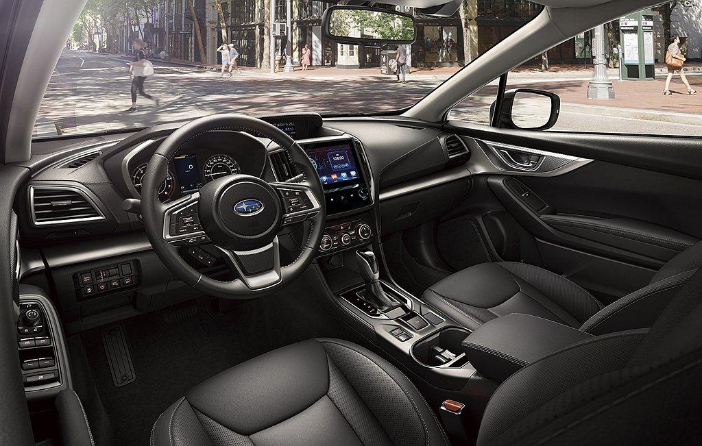 小改款Subaru Impreza運用黑色鋼琴烤漆介面點綴,以異材質的介面設計交...