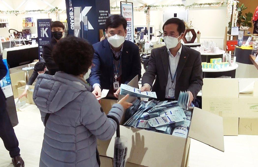圖為首爾木洞、由中小企業流通中心經營的幸福百貨公司,為南韓政府指定的公家口罩販售...