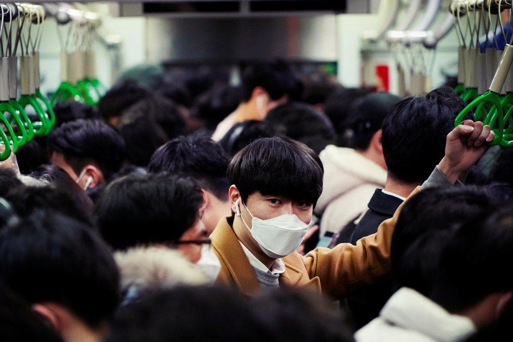 隨各地確診規模陸續成長,市民的憂慮與恐慌日增,口罩成為搶手貨。 圖/路透社