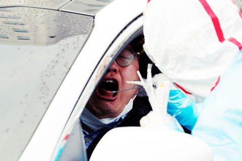 但直到政府頒布「口罩新政」後屆滿一週的此時,首爾仍是「一罩難求」。圖為接受檢測的...