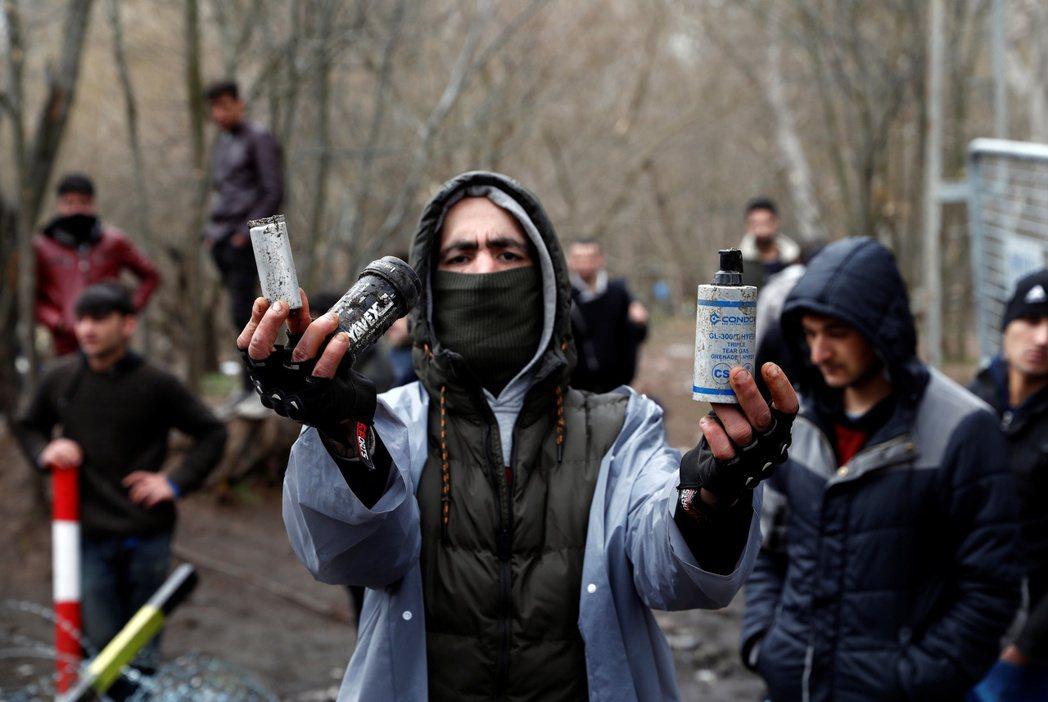 希臘軍境朝邊境難民發射的鎮暴彈。 圖/路透社