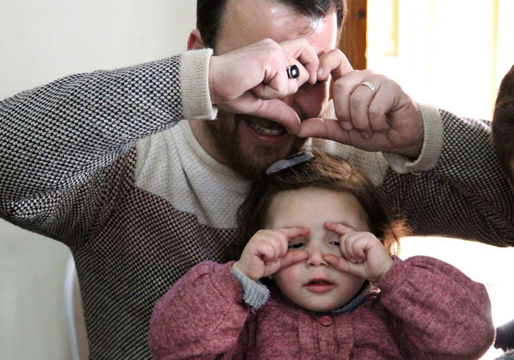因「父女砲彈遊戲」而讓全球心碎的薩爾瓦(Salwa)與爸爸,目前一家人已被土耳其...
