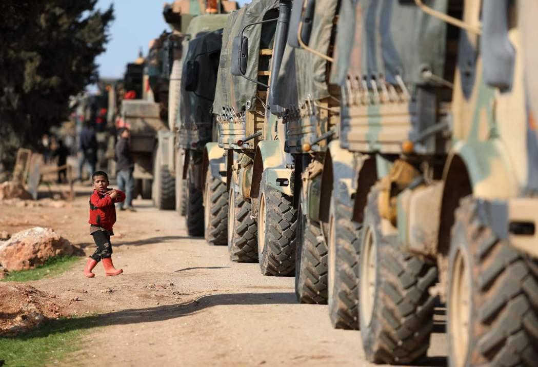 敘利亞邊界迎接土耳其大軍的小男孩。 圖/法新社