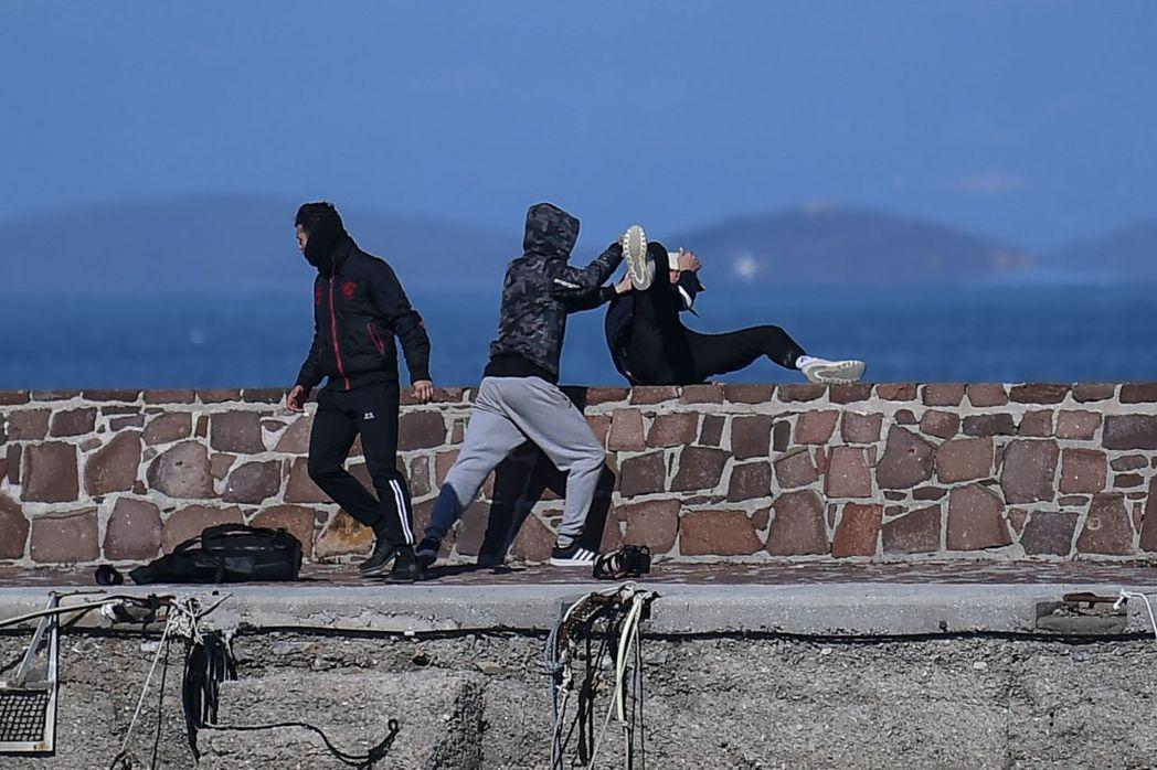 希臘過去幾年難民潮衝擊、而造成國內社會動盪,排外情緒高漲。圖為希臘勒斯博島的島民...