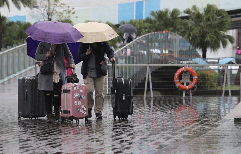 周三四兩天的北部及東半部降雨會略多一些,比目前的迎風面降雨,改為北部陰沉偶陣雨。記者許正宏/攝影