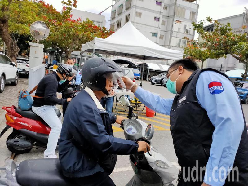 台東縣政府拉高防疫層級,從今天起全面實施人員進出量測體溫管制,包括縣府員工及洽公民眾都必須量體溫,有發燒症狀,就禁止進入。記者羅紹平/攝影