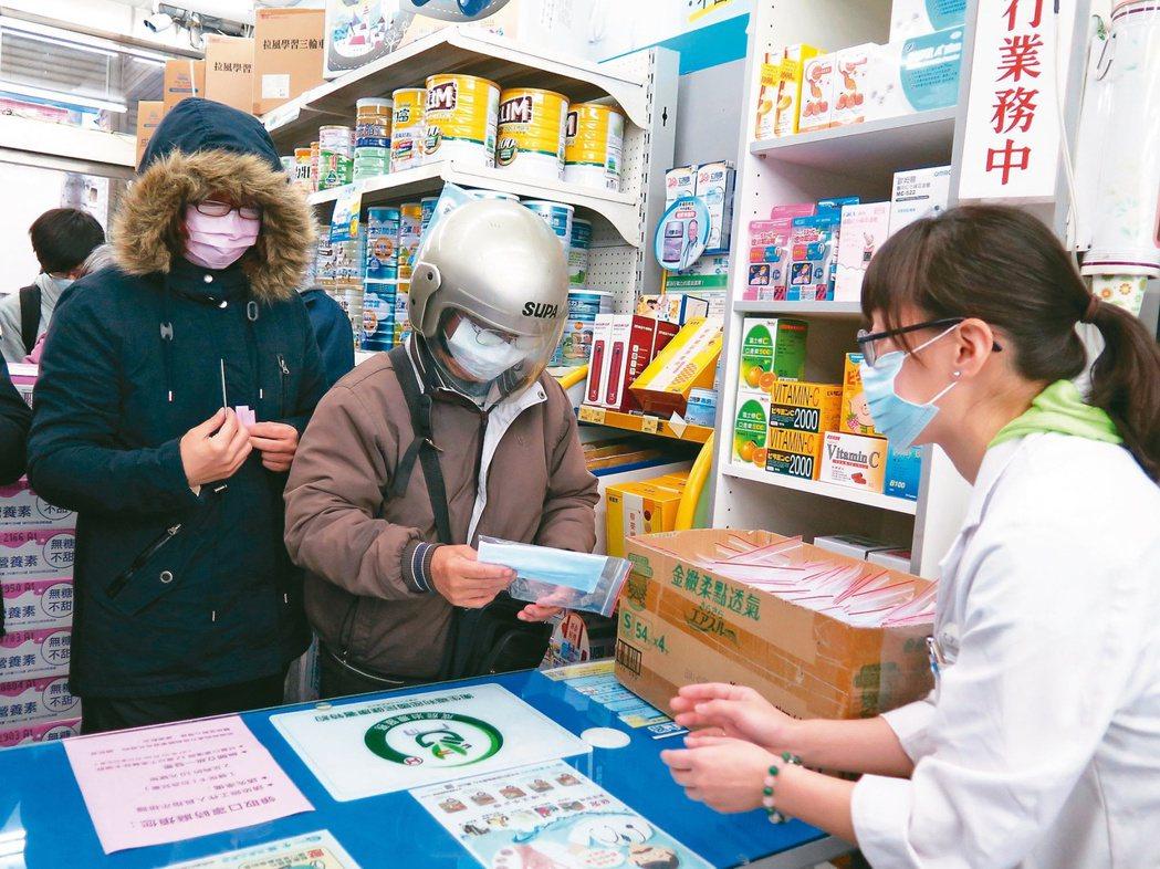 中央流行疫情指揮中心今日宣布,周四起將實名制口罩每人「可多購買一片」,成人口罩購...