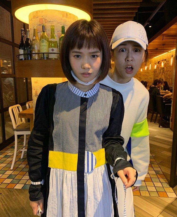 曾沛慈(右)和嚴正嵐拍照重現監視器經典驚嚇場面。圖/傳影提供
