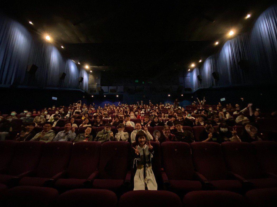 嚴正嵐3月1日包場邀請好朋友與粉絲戲院一起看女鬼橋。圖/傳影提供