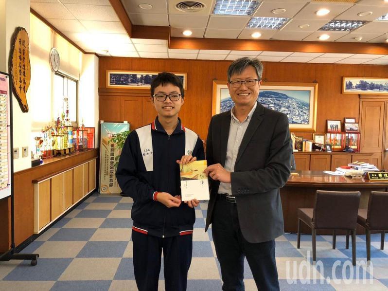 大甲高中校長蕭建華(右)今天送書給學測滿級分學生。記者游振昇/攝影