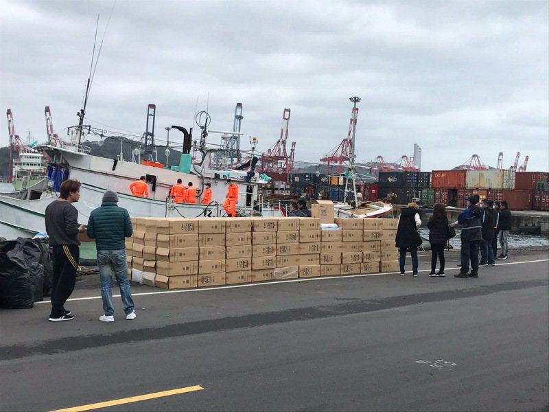 海巡署巡防艇將涉嫌走私漁船帶回基隆港東16號碼頭,今天清艙查出私菸。記者邱瑞杰/攝影