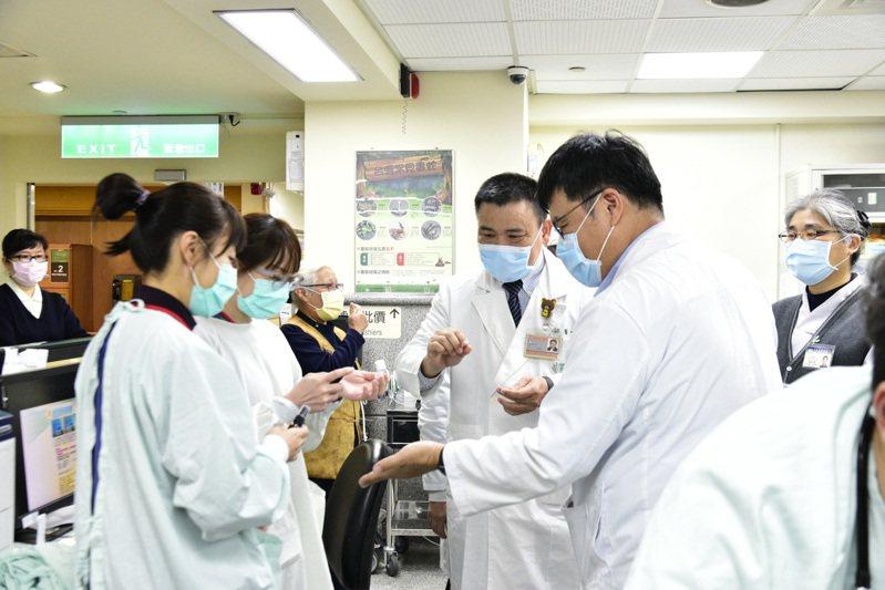 嘉義縣大林慈濟醫院中醫部日前贈送院內第一線人員特製的「藿香正氣防疫淨露及濃縮液」,提升免疫力。圖/大林慈濟醫院提供