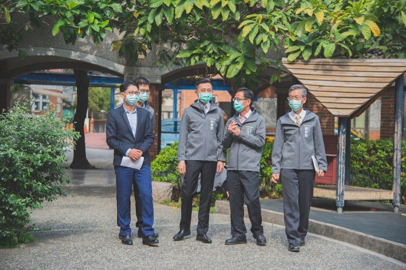 新冠肺炎襲台,為嚴守新竹市防疫陣線,防疫物資發放、關懷掌握居家隔離民眾、校園防疫等龐大防疫工作的超前部署,許多市府主管與員工近期幾乎都以市府為家。圖/新竹市政府提供