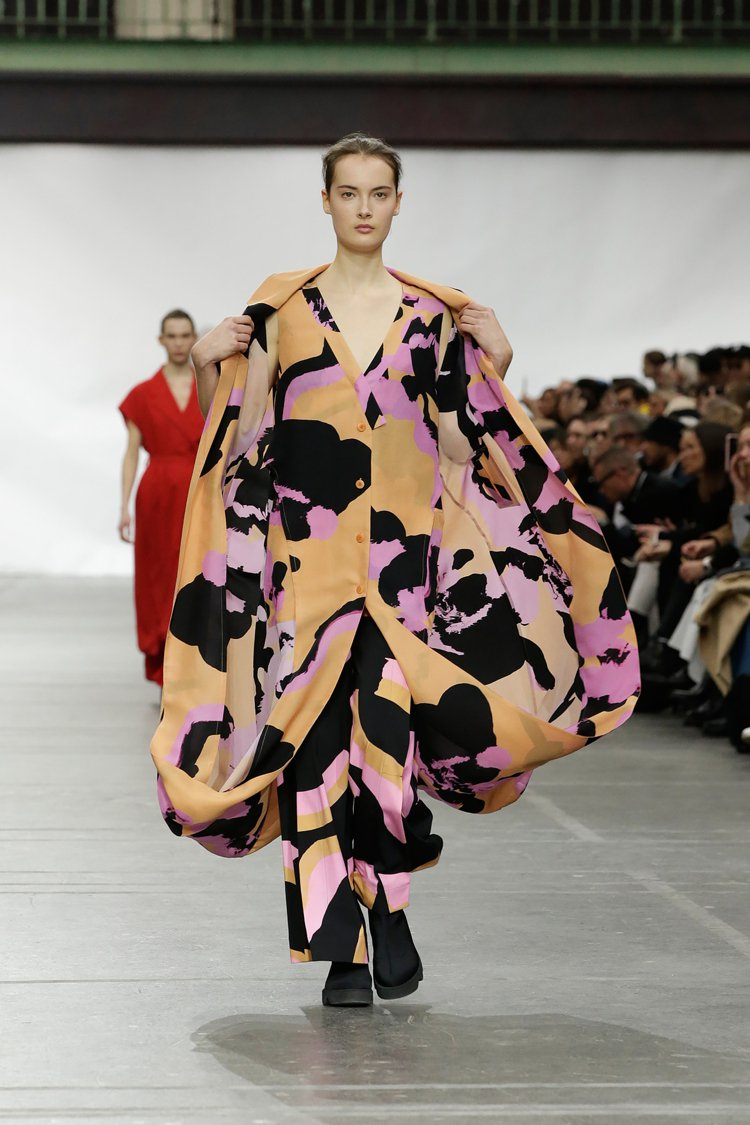「SHADOWING」系列將圖樣透過噴墨印染於經由波紋加工的蠶絲布料上,描繪著擬...