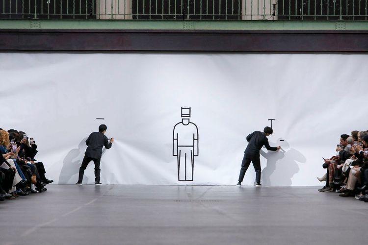 模特兒衝破繪有極簡服裝輪廓的一大塊白紙走出場,他們所穿、所拎的服裝就好像把剛剛紙...