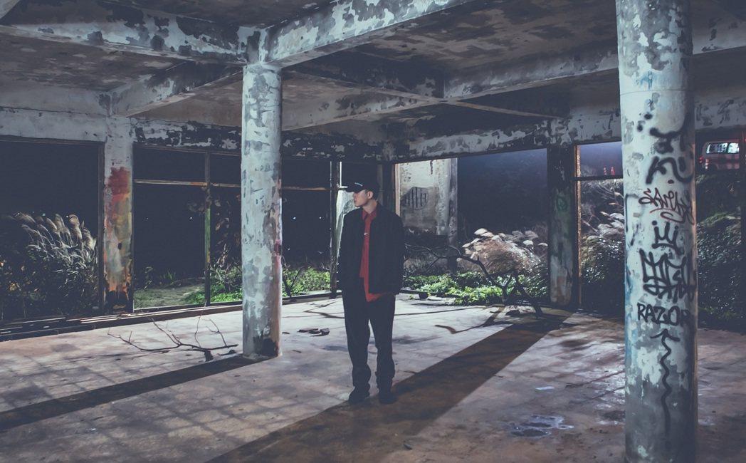 J.Sheon推出以好友剃刀蔣故事為主的「剃刀」MV。圖/索尼音樂提供