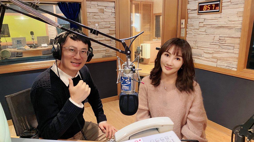 王宥忻(右)和老公一同上電台節目。圖/發了瘋了娛樂提供