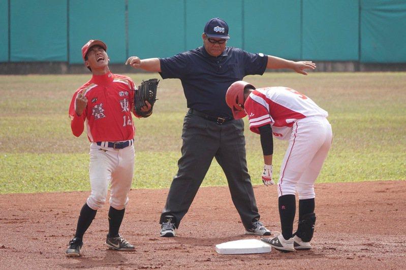 108學年度高中棒球聯賽木棒組,東大體中二壘手高晨浩未抓到對手,讓普門劉貴元跑出二壘安打,十分懊惱。記者蘇志畬/攝影