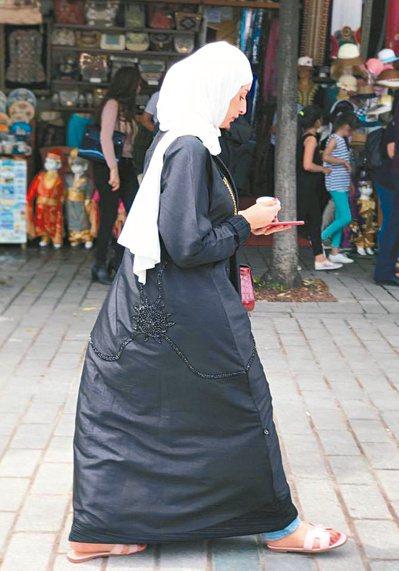 伊斯坦堡街頭墨黑而華麗且神祕的穆斯林女子。(攝影/葛雅茜)