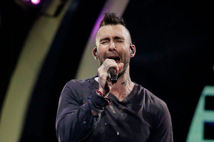 美國搖滾天團「魔力紅」於上個月27日參加智利的音樂節「Viña del Mar」,卻爆出不僅大遲到,上台表演時更是毫無誠意,唱歌頻頻落拍,引起現場歌迷極為不滿,紛紛上網抗議批評,讓這起負面新聞登上推...